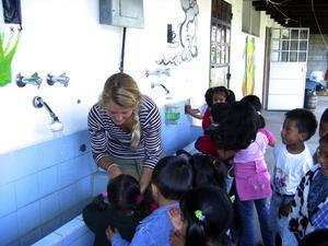 Tvättdags. Renlighet är också viktigt att lära ut. Här ska händerna tvättas före maten. Emilia Thurin-Melin ser till att att det blir rätt gjort.