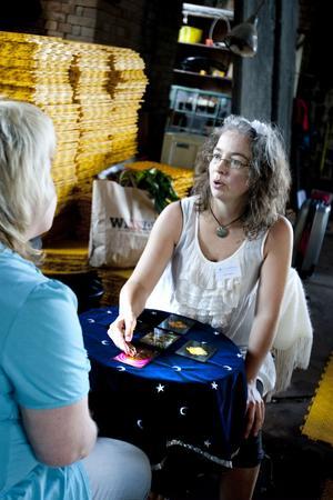 Auran tvättas. Arbetarbladets reporter blir healad med ljus från Plejaderna, medierad genom änglar, ärkeänglar, och Ebba Lindes händer.Tarot. Kia Enbarr förklarar vad hon ser i korten.