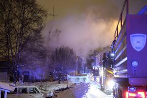 Ett flertal bilar från räddningstjänsten ryckte ut till villabranden på Sveavägen i Sundsvall.