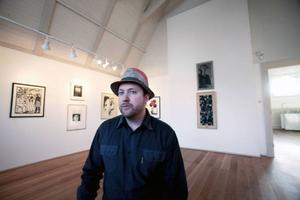 Jimmy Dahlberg gillar uppdraget att välja fritt ur konstklubbens samlingar. På lördag öppnar utställningen i Ahlbergshallen