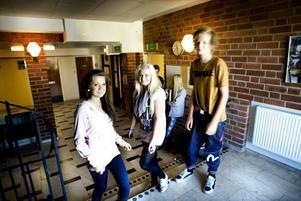 """SKOLTRÖTTA. Ossian Nordgren, Julia Öberg och Agnes Hedin tycker inte att det är så konstigt att många blir                                              skoltrötta efter några år. """"Vi börjar för tidigt om morgnarna, skolan är ful och det är svårt att hålla sig pigg hela dagen utan godis"""", säger Agnes."""