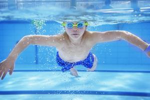 Sjuåriga Leo Edström kollade in läget under vattnet.