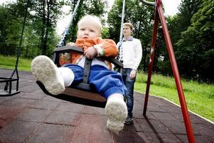 Tummen upp. Stella Calander och Henrik Calander tycks vara överens om att de nya lekplatsreglerna är bra.
