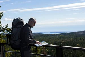 Till Nylandsrutens utsiktsplats nära Entré Väst tar man sig bekvämt även om man sitter i rullstol. Härifrån ser man ända ut till havet.