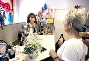 ÖVERLÅTER GAMMAL SKATT. Efter 33 år med klädbutiken Osmunds i Storvik har Karin Osmund fått en hel del stamkunder. Ing-Mari Holm är en av dem som brukar besöka butiken.