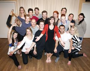 En bild på ensemblen som ingår i Borlänge Musikteaters uppsättning av