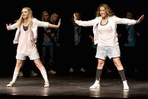 """""""Det är en cool dansstil med mycket attityd"""", säger Hanna Hillgren (till vänster).om streetdance."""