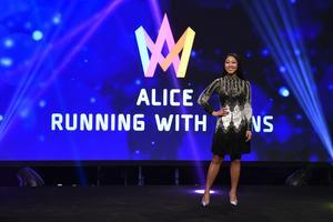 Alice Svensson från Hedesunda är en av de artister som kommer att tävla Melodifestivalen, som presenterades under SVTs pressträff i TV-huset i Stockholm.