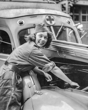 Jane Horney var motorintresserad och under en period 1939-40 aktiv som frivillig ambulansförare för Röda Korset i Stockholm.   Foto: Bertil Norberg / TT