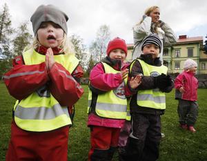 Julia Viken, 4 år, tyckte det var roligt att dansa runt midsommarstången.