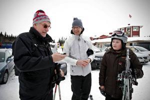 Etours institutschef Bo Svensson (mitten) försåg Stefan Bergström och hans barnbarn Alex Holmgren, 11, med GPS-sändare i Åre Björnen i går förmiddag.