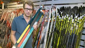 Daniel Springfeldt visar upp några av vinterns skidor.