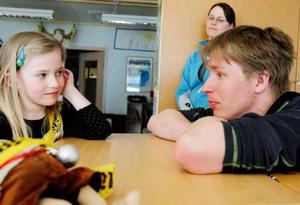 Wilma Widegren berättade igår vad de gjort under miljökampanjen Pantresan. Lärare Hans Turtola fyllde i.