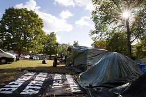 Albanerna bor i tält utanför Migrationsverket i Gävle.