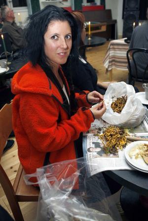 Ingalill Fahlström, MP, passade på att rensa svamp medan hon följde valresultatet.