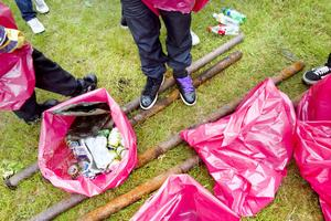 En hel del säckar fylldes med strandskräp i går.– Tittar man så hittar man. Vi plockar allt, även minsta kolapapper, säger Martin Strömberg.