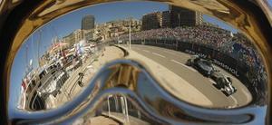 I Formel 1-cirkusens Monaco kan fotbollsstjärnor gå runt relativt ostört.