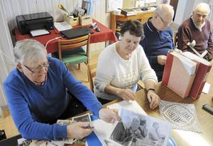 Hos Lasse Boquist, Barbro Nellfors, Erik Sundell och Göran Olsson väcks många gamla minnen till liv när de tittar på gamla foton och läser gamla SDT-artiklar om livet i Långshyttan förr.