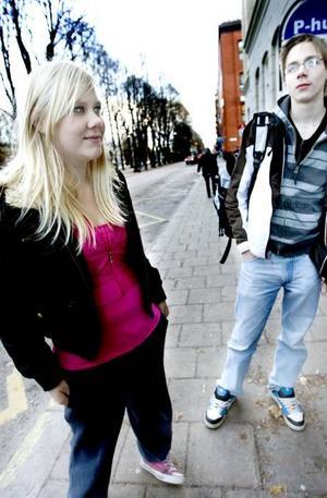 VARA COOL. Linda Bergman rökte cigaretter ibland när hon var yngre, för att vara cool och för att kompisarna gjorde det.RÖKER INTE. En drogvaneundersökning bland Gävles niondeklassare i våras visade att rökningen har ökat igen. Utanför Vasaskolan i Gävle står Linda Bergman, Linus Holmgren, Elin Funemo och Kristoffer Ehn Helgesson som gick ut nian i våras. Ingen av dem röker, men de blir inte förvånade över resultatet.Foto: Jenny Lundberg
