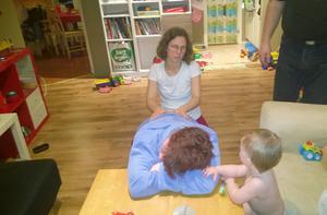 Terese Eidenmark får avslappnande massage av doulan Knapp Britta Eriksson, under inseende av dottern Lovis.
