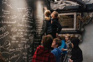 Barnen får i utställningen Reformation pågår skriva ned hur de vill förändra världen.
