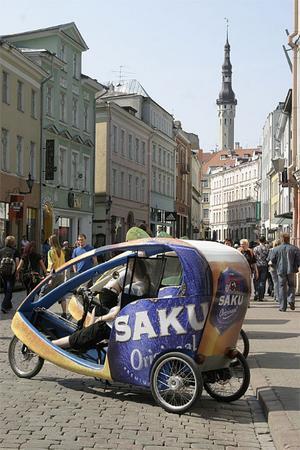 Miljövänlig cykeltaxi tar turister runt i gamla stan. Chaufför ingår i priset.