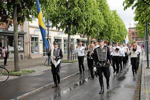 Nationaldagståg. Nationaldagsfirandet i Kumla inleddes med ett tåg och kulturskolans blåsorkester.