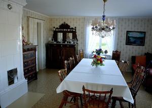 Inredningen går i gammal stil och är i stort sett orörd efter förra ägaren av huset.