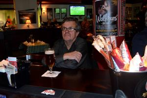 Sven-Ove Wiberg, tog en öl och hejade på Giffarna på O, Learys.