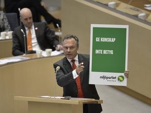 Har backat. Jan Björklund (FP) vill visa  att Miljöpartiet förr drev åsikter man i dag ligger lågt med. Regeringens syn på skolan har fått  genomslag också i andra partier. ½Foto Anders Wiklund / TT