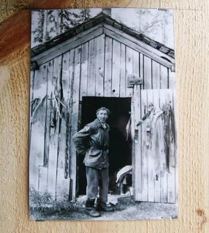 Flera bilder och andra minnen av Lars Theodor sitter uppsatta i stugan.