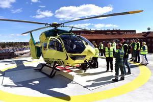 Många var nyfikna på att se ambulanshelikoptern på nära håll när den landade i Mora.
