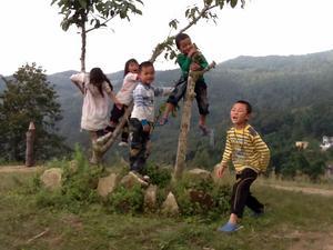 Anna Hed imponerades av de kinesiska skolbarnens positiva disciplin. När läraren krävde fokus så ställde eleverna upp och visade en glädje i disciplinen. Sedan när friare stunder infann sig under lektionen var eleverna lika avslappnade och lekfulla som svenska barn. Här är barn som leker i Dong-Lin-Zhai.