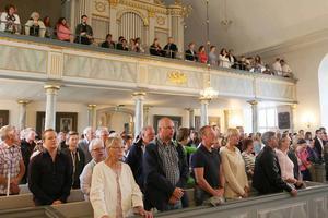 Under nationalsången reste sig hela församlingen.