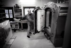 Keramikern Birger Åström skapar allt, från ax till limpa. De stora ugnarna har han byggt med sina egna händer. I verkstaden i Ås arbetar han fortfarande med stor glöd, trots att han just fyllt 83.