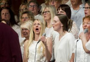 Camilla Moberg och Sabina Wixner tycker det är kraftfullt att sjunga med dubbla körer, det blir tryck i stämmorna, säger de.