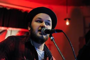 Mattias Ericsson på CC-puben. Melodikänslan var på plats och ibland blixtrade det till i textväg också.