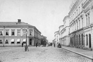 Stortorget i Gävle med kvarteret Skolstuvan t v och kvarteret Nattväktaren t h. Bilden tagen någon gång mellan åren 1890 och 1900. Foto: Gävle Stadsarkiv.