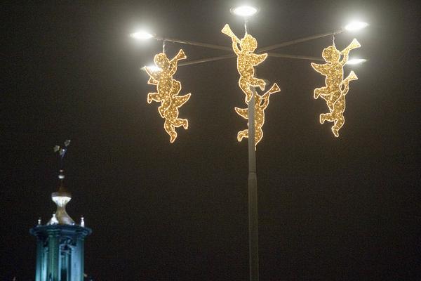 Julbelysning i form av julänglar med Stockholms stadshus i bakgrunden. City i Samverkan och Stockholms stad har satsat på extra mycket julbelysning i år. Belysningsprojektet går under namnet