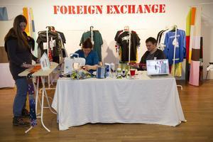 Konstnärer byter och syr om kläder i danskarna Qwertys konstprojekt