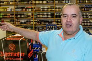 Restaurangchefen Paul Bahnan på Slow Downs öllager. Totalt tillhandahåller Västeråskrogen 981 ölsorter och 155 whiskysorter.