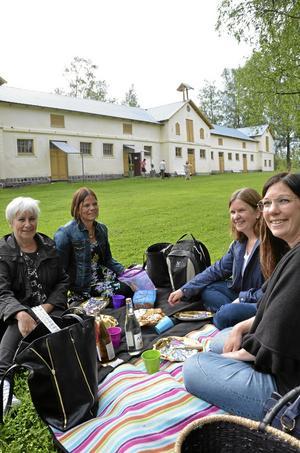Först på plats. Lena Bernhardtz, Birgitta Edberg, Marianne Sjöberg och Cecilia Wass var först på plats ett par timmar innan teatern började. Det här har blivit en tradition berättar de.