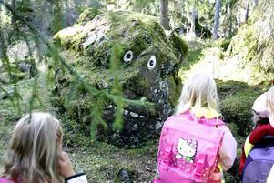 Skogen på Söderåsen är full av Stentroll. Det fick Solgårndens förskola i Sandviken erfara. Mamman till vandringarna och berättelsen om Stentrollen heter Pia Möller Andersson.