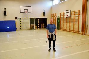 Thomas Alme är idrottslärare på Svenstaviks skola. I tio år har han jobbat i den slitna hallen. Han ser helst att Bergs kommun bygger en ny, fullstor allaktivitetshall, i stället för att renovera den gamla hallen.