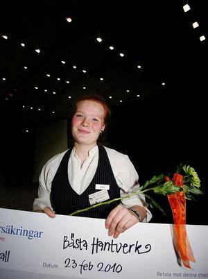 Jozes Konstsmide UF vann med priset för bästa Hantverk. Josefin Bergström från Ånge håller glatt upp prischecken.