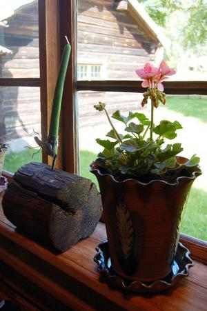 Trä och keramik. Krukmakaren Silva Thorsdotter gör blomkrukor i keramik och ljusstakar av intjärade timmerbitar. Foto:Linnea Kallberg