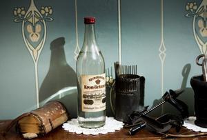 Kron-brännvin i enlitersflaska säljs inte längre - men Maivor fick med en flaska i ett dödsbo. En gammal hemmagjord bärplockare är också en klenod.