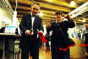 Professor Sverker Sörlin hjälpte ordförande för kultur- och fritidsnämnden, Margareta Johansson, att markera invigningen av kunskapsrummet genom att klippa det röda bandet.