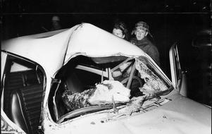 Fem personer skadades när ett träd föll över den här bilen vid Strömsholm. En person fick trädet rakt över sig och skadades allvarligt. Det var den här trafikolyckan ambulansen var på väg till när ett träd blockerade vägen.