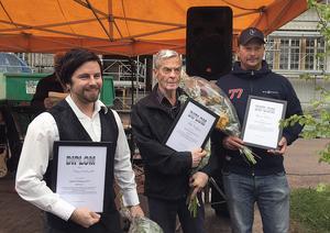 Henrik Larsson (till vänster), Valkyria Distillery AB , tar emot diplomet för